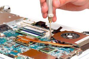 Réparation d'un ordinateur par un technicien informatique